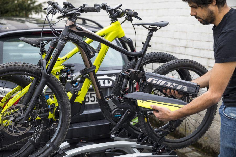- Ist mein Träger für das höhere Gewicht von z.B. ein bis zwei E-Bikes zugelassen? (Meist ist ein Etikett auf dem Träger bzw. in der Bedienungsanleitung zu finden) - Das schwerere Bike immer als erstes (innen) montieren - Um das Gewicht zu reduzieren und Diebstahl vorzubeugen immer den Akku und, wenn möglich, das Display demontieren und im KFZ mitführen - Je nach Heckträgerhersteller gibt es spezielle Auffahrschienen, die die Radmontage deutlich erleichtern, da das Bike nicht nach oben gehoben werden muss - Zwischen den Bikes, an der Gabel, sollte ein Transportschützer angebracht werden, um Transportschäden vorzubeugen. Im Baumarkt erhältliche Rohrisolierungen sind günstig und gut.