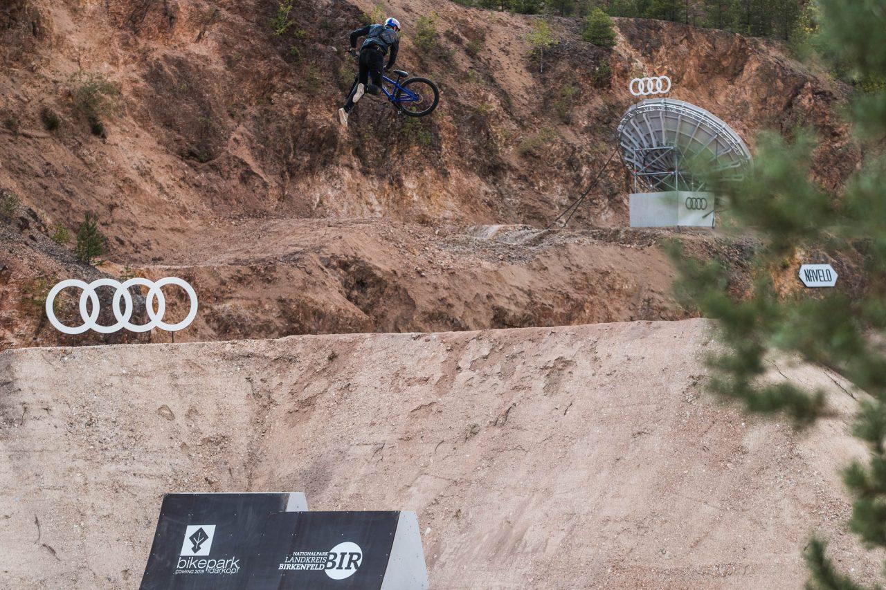 Slopestyle, Trick, Dirt, Jump, Red Bull, Audi, Backflip, Rampe, springen, Profi Biker, Dirt biker,