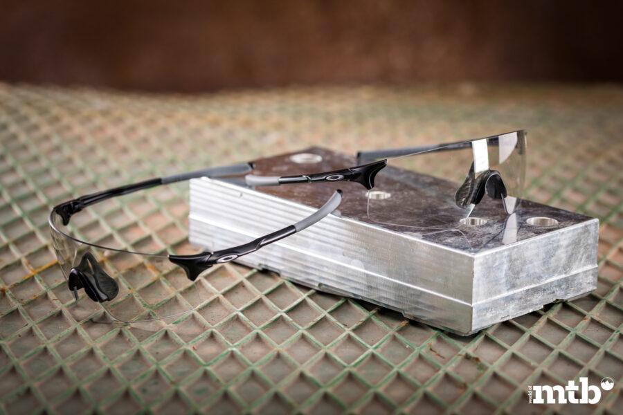 OAKLEY EVZero Blades Clear To Black Iridium Photochromic